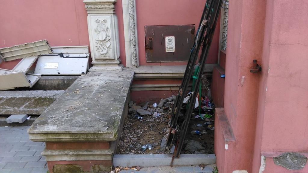 Śmieci przy zabytkowym Pawilonie Krzyżanowskiego